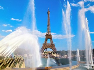 Eiffel-Tower-and-Fountain,-...