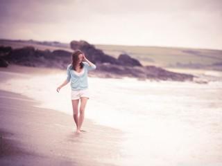 WALKING ON THE BEACH WALLPAPER